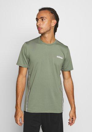 MIX TEE - Print T-shirt - legend green/white