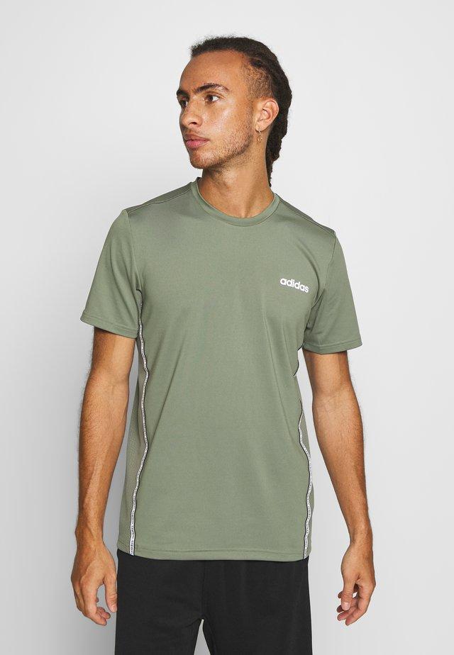 MIX TEE - T-shirts med print - legend green/white