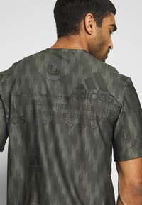 adidas Performance - CITY TEE - T-shirts med print - green - 5