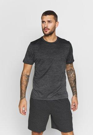GRADIENT TEE - Print T-shirt - gresix/black