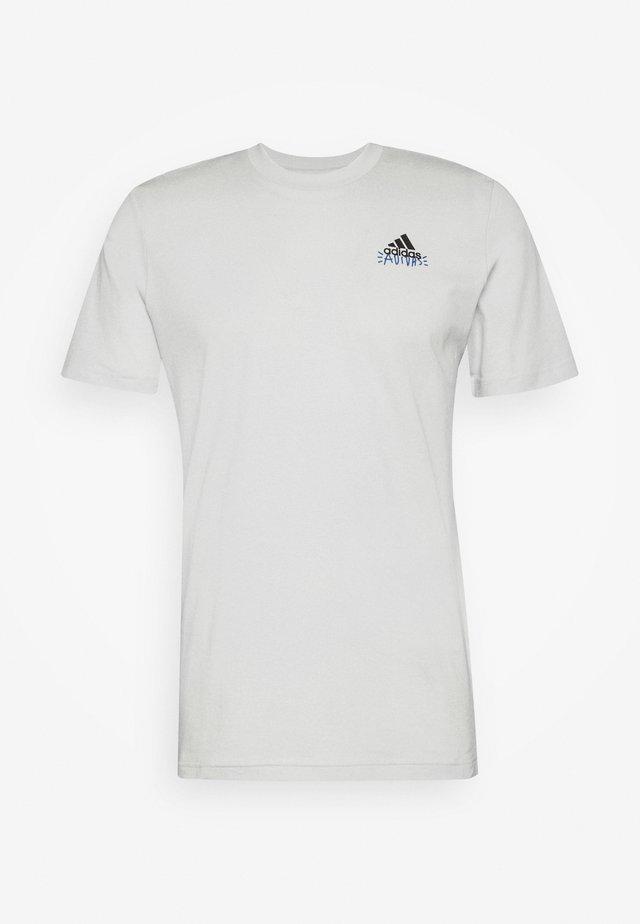 EMBLEM - T-shirt con stampa - grey