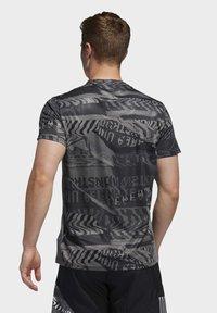 adidas Performance - OWN THE RUN GRAPHIC T-SHIRT - T-shirts med print - grey/black - 1