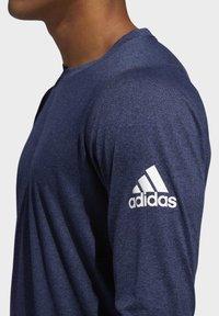 adidas Performance - FREELIFT SPORT HEATHER BADGE OF SPORT LONG-SLEEVE TOP - Sports shirt - mottled blue - 6