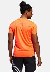 "adidas Performance - ADIDAS PERFORMANCE HERREN LAUFSHIRT ""RUN IT TEE PB 3 STRIPES"" - Print T-shirt - orange - 1"