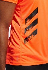 "adidas Performance - ADIDAS PERFORMANCE HERREN LAUFSHIRT ""RUN IT TEE PB 3 STRIPES"" - Print T-shirt - orange - 2"