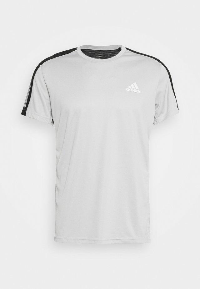 OWN THE RUN TEE - T-shirt print - grey/silver