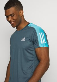 adidas Performance - RESPONSE PRIMEGREEN RUNNING SHORT SLEEVE TEE - Triko s potiskem - dark blue - 4