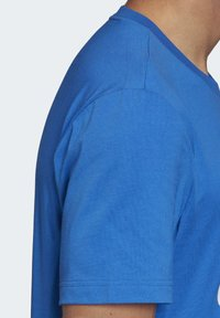 adidas Performance - MUST HAVES BADGE OF SPORT T-SHIRT - T-shirts med print - blue - 6
