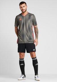 adidas Performance - PARMA PRIMEGREEN FOOTBALL 1/4 SHORTS - Krótkie spodenki sportowe - black/white - 1