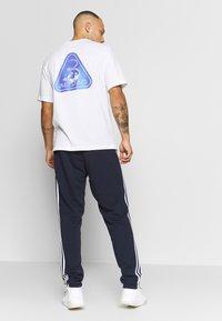 adidas Performance - ESSENTIALS 3STRIPES FRENCH TERRY SPORT PANTS - Pantalon de survêtement - navy - 2