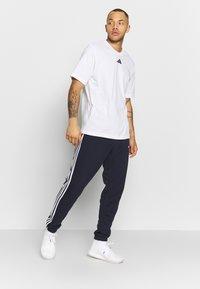 adidas Performance - ESSENTIALS 3STRIPES FRENCH TERRY SPORT PANTS - Pantalon de survêtement - navy - 1