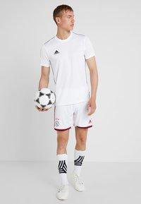adidas Performance - AJAX AMSTERDAM H SHO - Korte broeken - white/bold red/black - 1