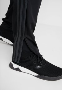 adidas Performance - MANCHESTER UNITED FC - Jogginghose - black/green - 4