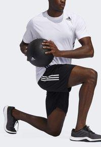 adidas Performance - STRIPES 9-INCH SHORTS - Träningsshorts - black - 1