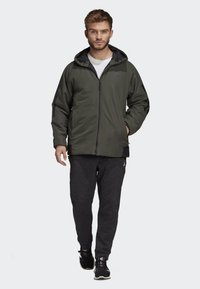 adidas Performance - BACK-TO-SPORTS 3-STRIPES HOODED INSULATED JACKET - Hardloopjack - green - 1