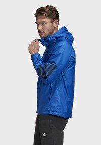adidas Performance - BSC 3-STRIPES WIND.RDY WINDBREAKER - Veste coupe-vent - blue - 3