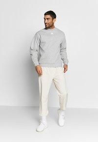 adidas Performance - CREW - Mikina - grey/white - 1