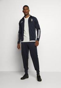 adidas Performance - JUVENTUS AEROREADY SPORTS FOOTBALL TRACKSUIT - Klubové oblečení - legink/orbgry - 1
