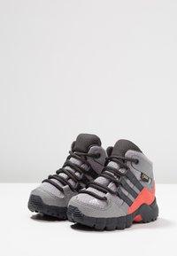 adidas Performance - TERREX RELAXED SPORTY GORETEX MID SHOES - Trekingové boty - grey three/carbon/matt silver - 3