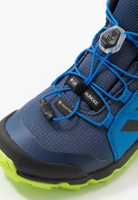 adidas Performance - TERREX MID GORE-TEX - Outdoorschoenen - tech indigo/core black/signal green - 2