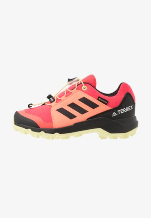 TERREX GORETEX HIKING SHOES UNISEX - Chaussures de marche - power berry/footwear white/signal pink