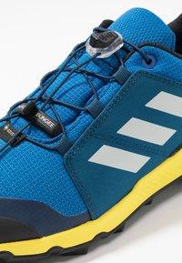adidas Performance - TERREX GTX - Scarpa da hiking - blue beauty/grey one/shock yellow - 5
