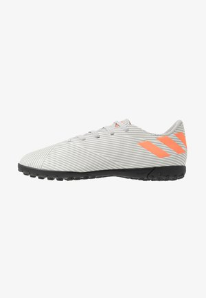 NEMEZIZ 19.4 TF - Fußballschuh Multinocken - grey two/solar orange/core white