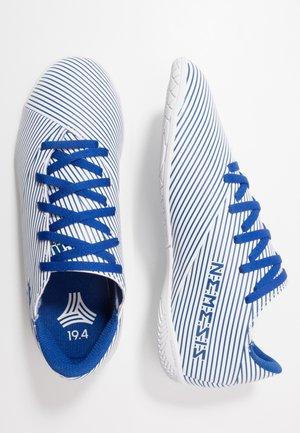 NEMEZIZ 19.4 IN - Zaalvoetbalschoenen - footwear white/royal blue/core black