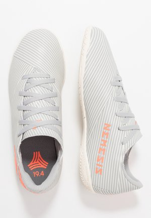 NEMEZIZ 19.4 IN - Scarpe da calcetto - grey two/solar orange/white