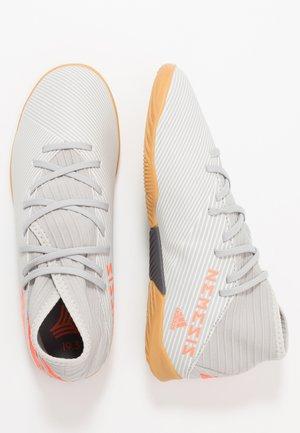 NEMEZIZ 19.3 IN - Chaussures de foot en salle - grey two/solar orange/core white