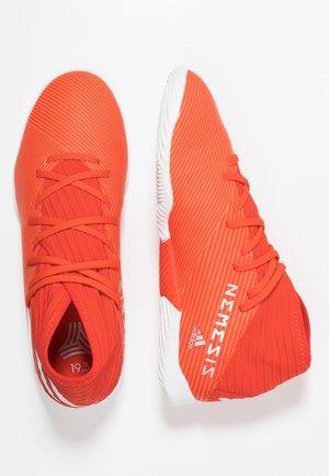 NEMEZIZ 19.3 IN - Chaussures de foot en salle - active red/silver metallic/solar red