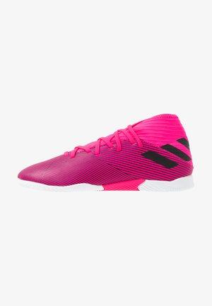 NEMEZIZ 19.3 IN - Chaussures de foot en salle - shock pink/core black