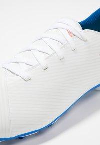 adidas Performance - NEMEZIZ MESSI 19.4 FXG - Korki Lanki - footwear white/solar red/football blue - 2