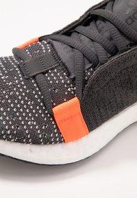 adidas Performance - SENSEBOOST GO - Hardloopschoenen neutraal - grey six/core black/solar red - 2