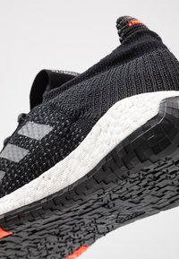 adidas Performance - PULSEBOOST HD - Hardloopschoenen neutraal - core black/grey five/solar red - 2