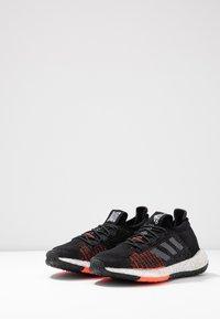 adidas Performance - PULSEBOOST HD - Hardloopschoenen neutraal - core black/grey five/solar red - 3