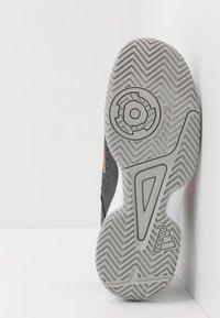 adidas Performance - COURT STABIL - Boty na házenou - grey six/signal coral/grey two - 5