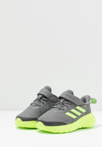 adidas Performance - FORTARUN KIDS NEXT SPORTS SHOES UNISEX - Obuwie do biegania treningowe - grey four/signal green/footwear white - 3