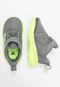 adidas Performance - FORTARUN KIDS NEXT SPORTS SHOES UNISEX - Obuwie do biegania treningowe - grey four/signal green/footwear white - 0