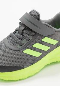 adidas Performance - FORTARUN KIDS NEXT SPORTS SHOES UNISEX - Obuwie do biegania treningowe - grey four/signal green/footwear white - 2