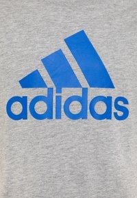 adidas Performance - ESSENTIALS SPORTS SHORT SLEEVE TEE - Printtipaita - mid grey heather/blue - 2