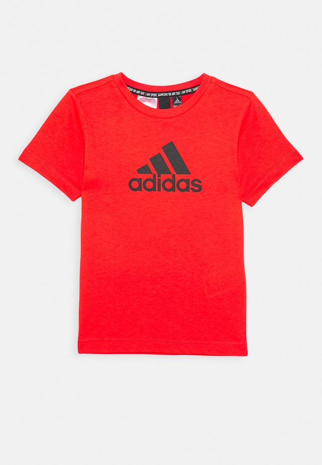ESSENTIALS SPORTS SHORT SLEEVE TEE - Triko s potiskem - red/black