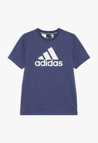 adidas Performance - ESSENTIALS SPORT INSPIRED SHORT SLEEVE TEE - Triko spotiskem - dark blue/white - 0