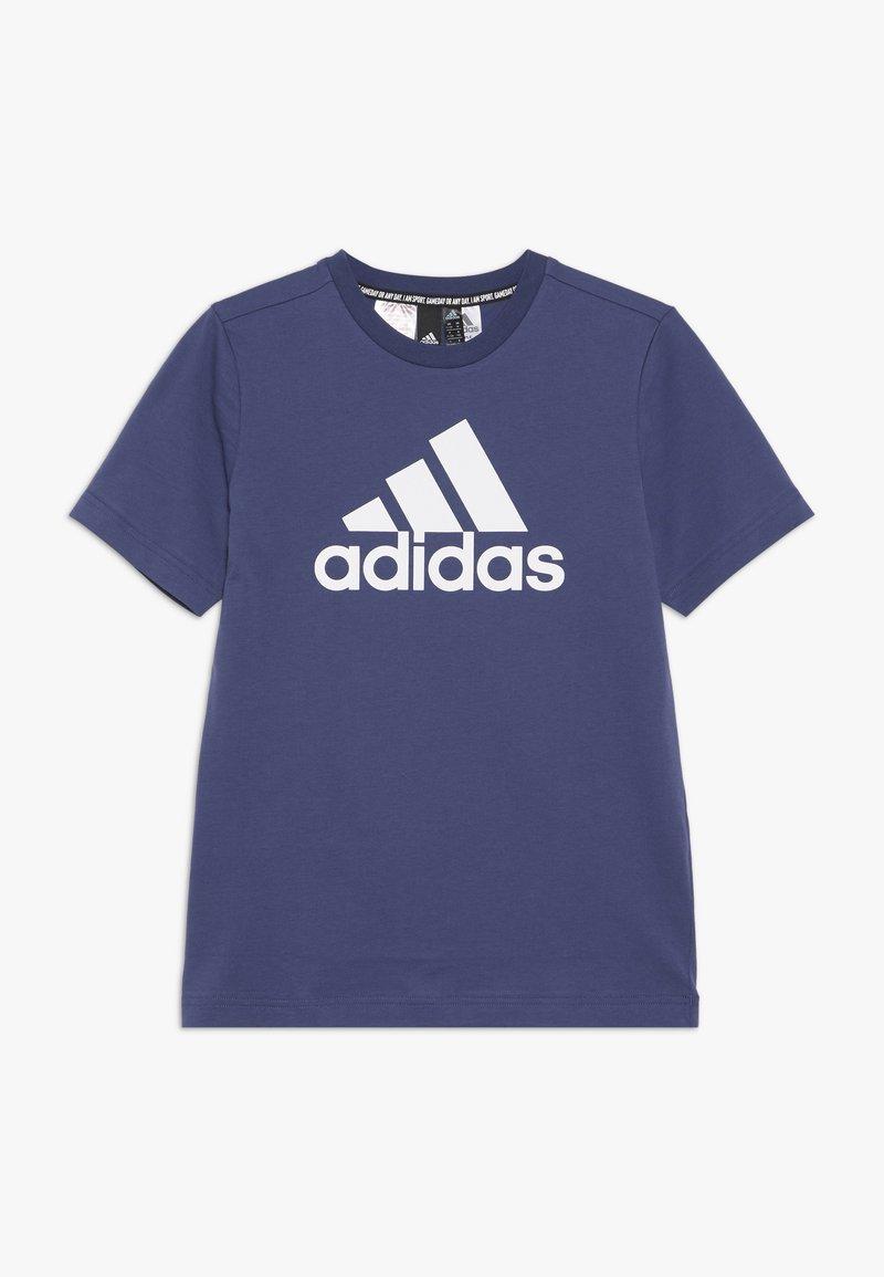 adidas Performance - ESSENTIALS SPORT INSPIRED SHORT SLEEVE TEE - Triko spotiskem - dark blue/white