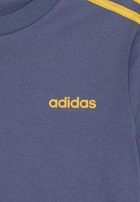 adidas Performance - ESSENTIALS 3STRIPES SPORT SHORT SLEEVE TEE - T-shirt print - dark blue/gold - 3