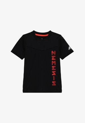 ADIDAS X NEMESIS - T-shirt z nadrukiem - black/solar red