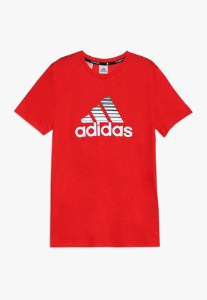 PRIME TEE - T-shirt imprimé - scarle/white/black