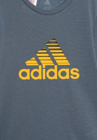 adidas Performance - PRIME TEE - T-shirts med print - tech ink/active gold/black - 3