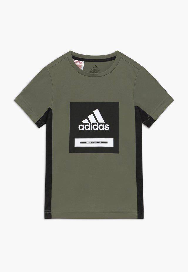 BOLD TEE - T-shirt imprimé - leggrn/black/white