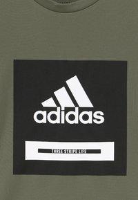adidas Performance - BOLD TEE - T-shirt imprimé - leggrn/black/white - 3